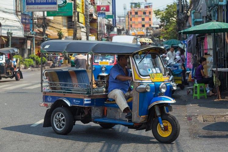1280px-2016_Bangkok,_Dystrykt_Phra_Nakhon,_Ulica_Chakrabongse,_Tuk-tuk