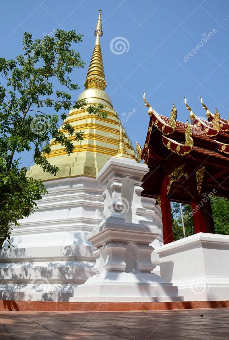 chedi-de-wat-phra-kaew-temple-en-chiang-rai-thaïlande-51712090